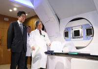 Photograph of the Prime Minister visiting the SAGA Heavy Ion Medical Accelerator in Tosu