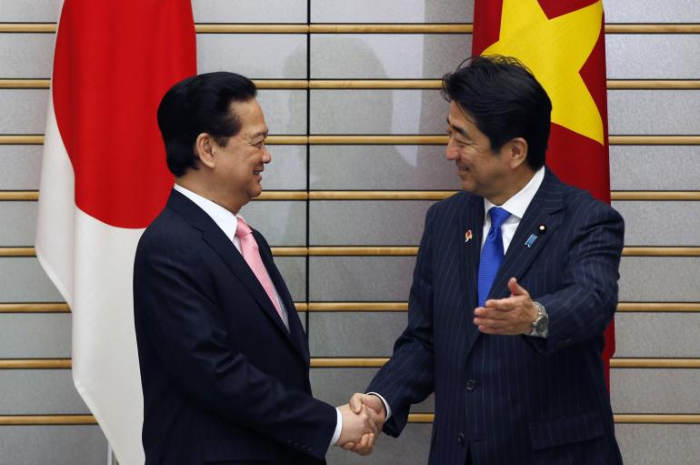 Vietnam PM Nguyen Tan Dung and Japan PM Shinzo Abe: Photo REUTERS/Toru Hanai