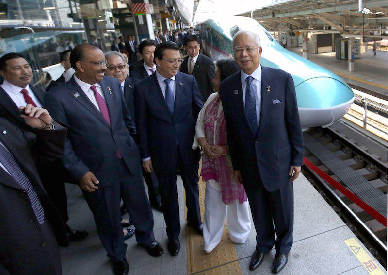 Malaysia PM Najib Razak takes Shinkansen